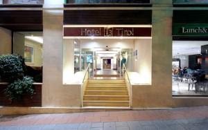 TIROL_hotelentrada_noche_1opt