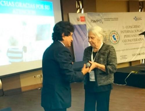 IMEOF concede la placa de reconocimiento a la Odontóloga Nory Bazzano